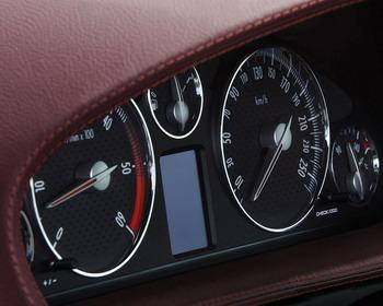 Découvrez en détail l'intérieur de la Peugeot 407 Coupé. Si le design de base est identique à celui des versions berline et SW de la Peugeot 407, le revêtement de la planche de bord est recouvert de cuir... ce qui semble la nouvelle mode chez Peugeot pour les véhicules dits
